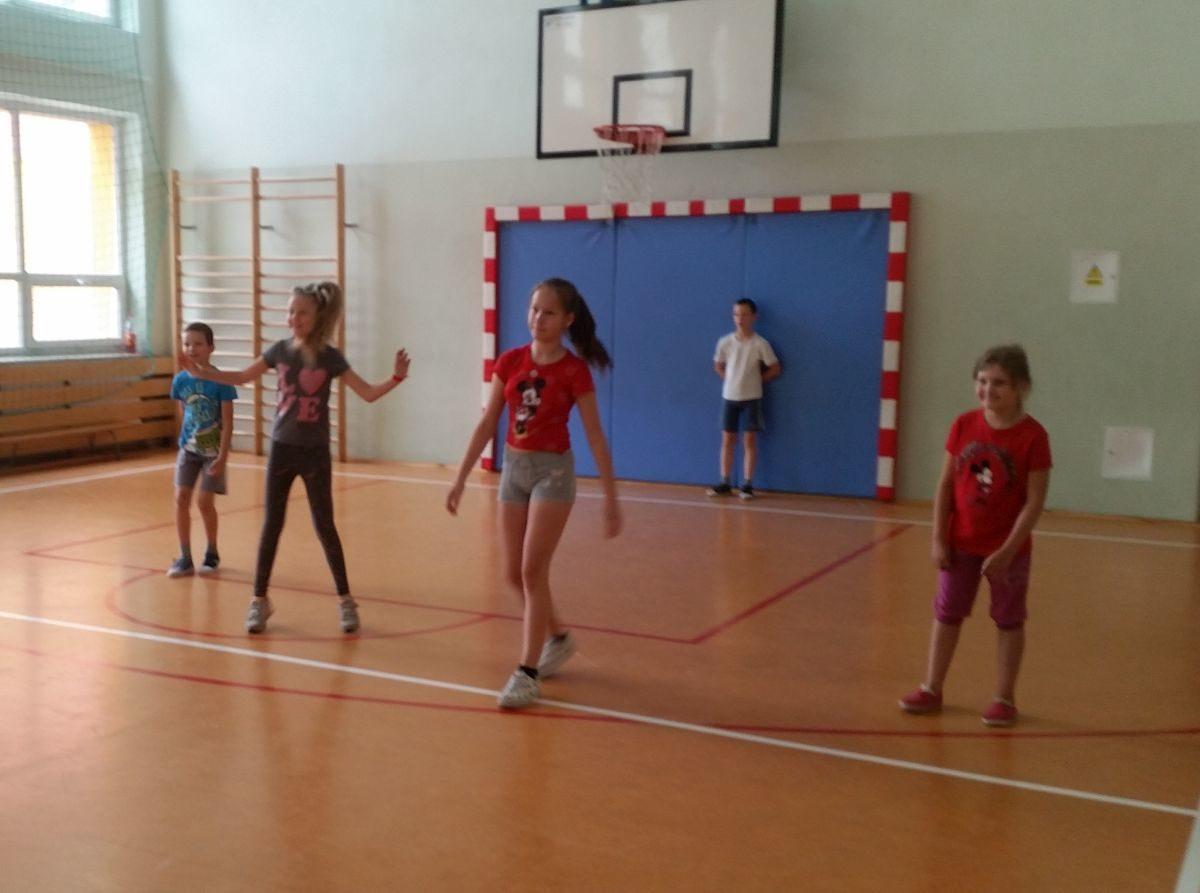 Zabawy sportowe na sali gimnastycznej